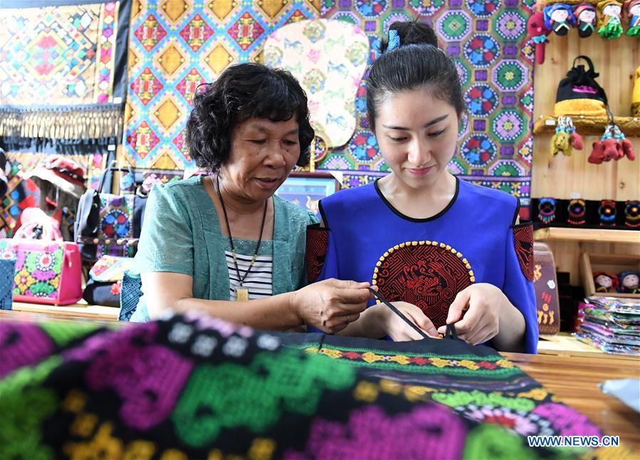 Fashion designer devotes herself into promoting traditional Zhuang brocade