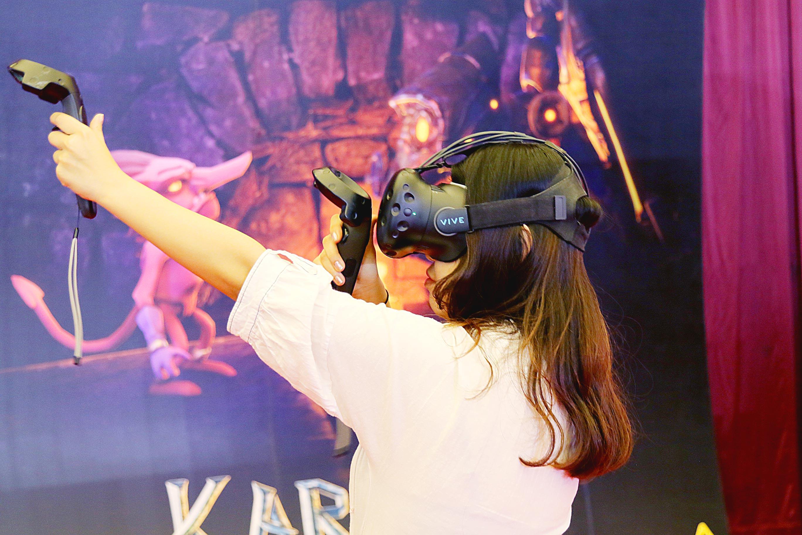 Visitors experience VR games at CIFTIS