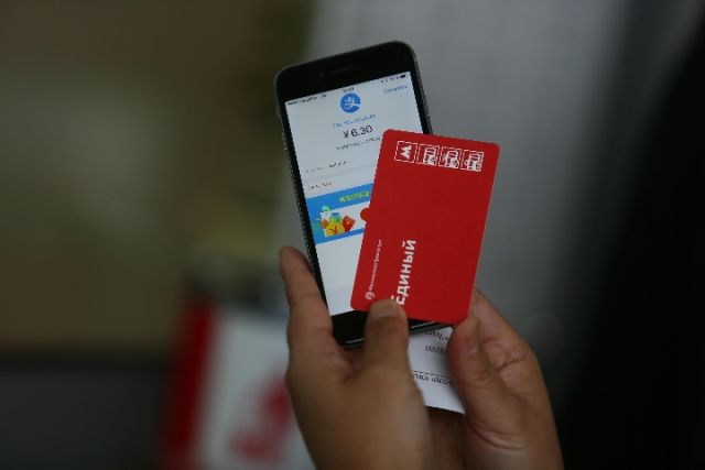 A Chinese customer shows the Moscow metro ticket she purchased using Alipay. [File Photo: Xinhua]