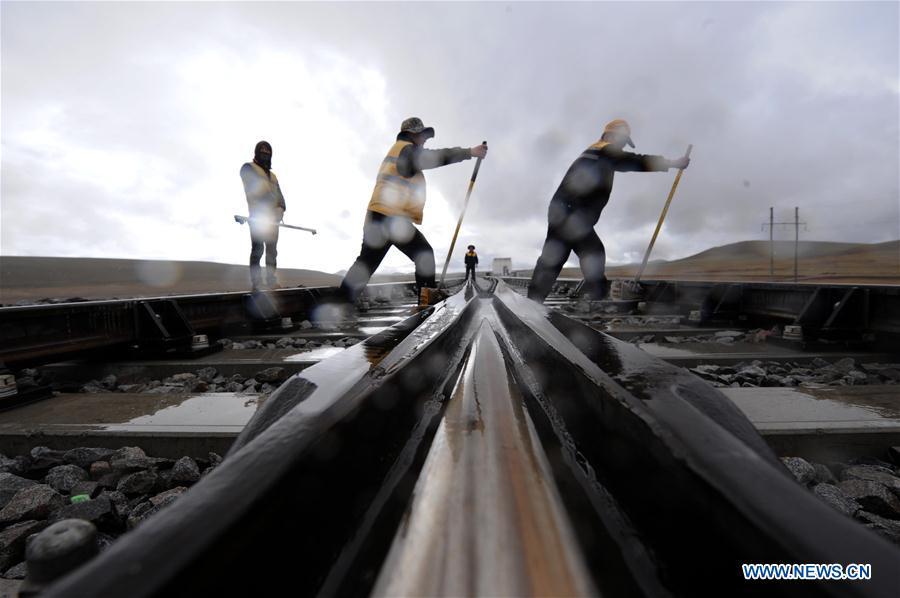 Maintenance workers reinforce tracks of Qinghai-Tibet railway