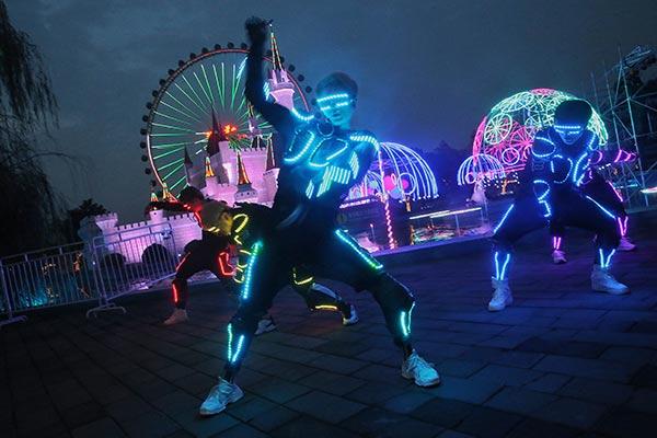 Beijing amusement park kicks off summer carnival