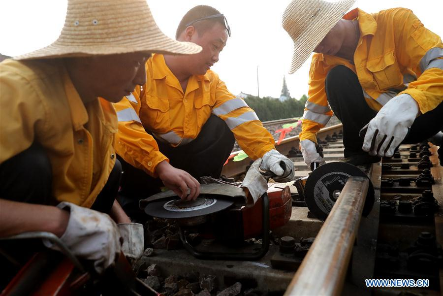 Shanghai maintenance staff of railways remain at their posts in heat