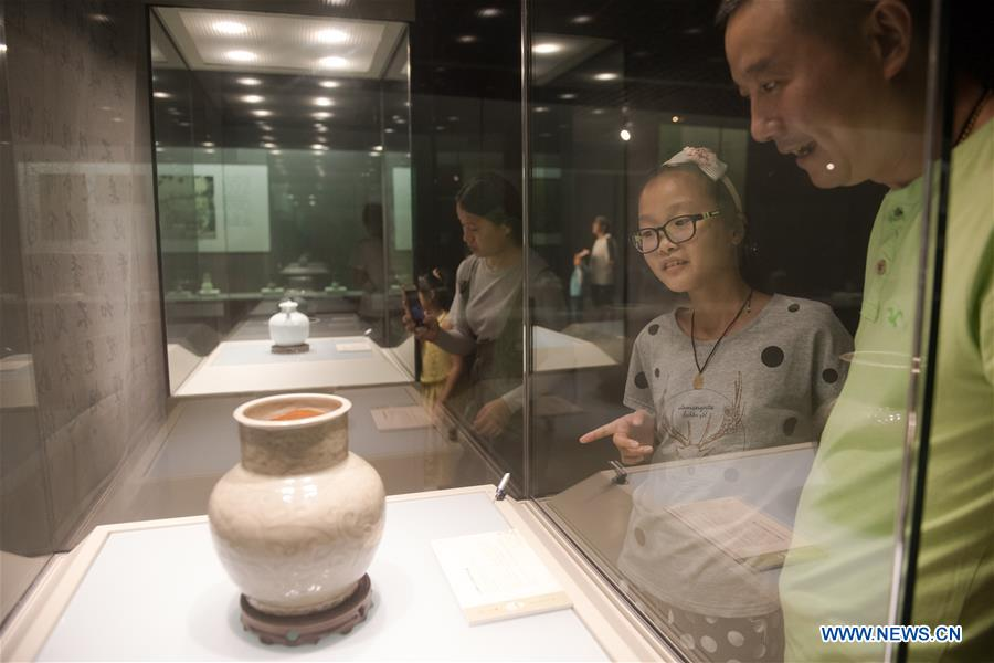 Visitors view exhibits of China's Song and Ming dynasties
