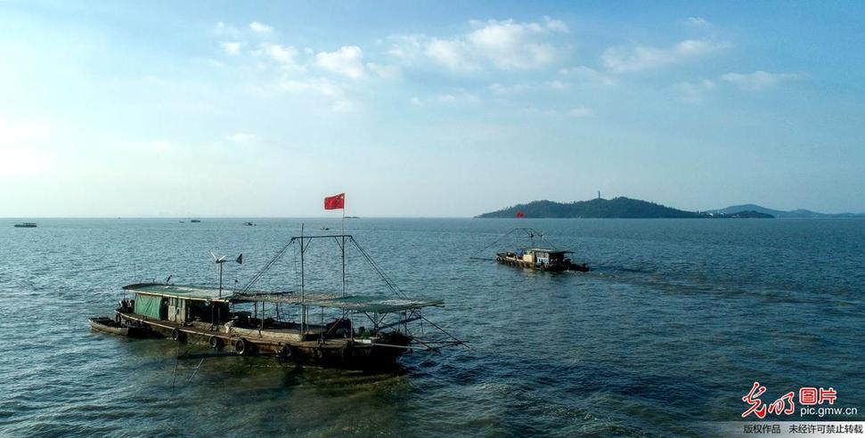 Fishermen busy fishing in E China's Anhui