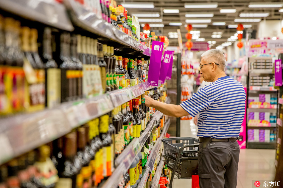 A customer shops for condiments at a supermarket in Guangzhou city, south China's Guangdong province, 25 August 2018. [Photo: IC]