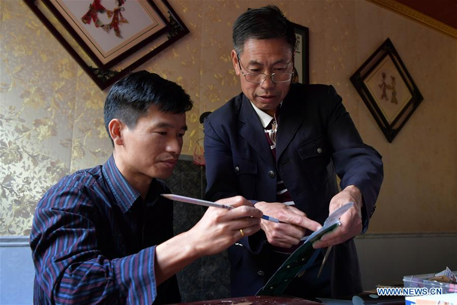 Folk artist devoted to shadow puppet promotion in east China's Jiangxi