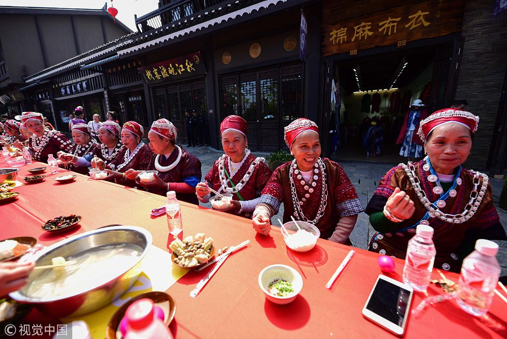 Miao long table feast attracts thousands