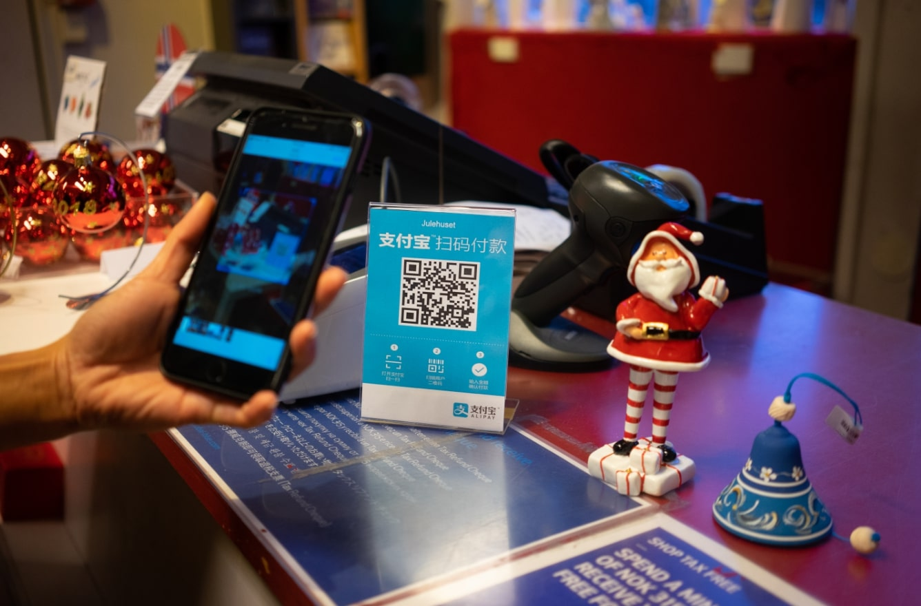 Chinese tourists can now pay with Alipay at a souvernir shop in Bryggen, famous for its characteristic wooden houses. [Photo provided to China Plus]