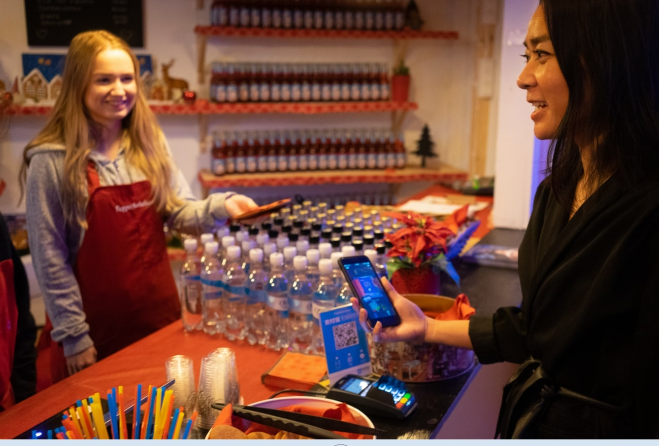 A tourist uses Alipay to pay at Bergen's Pepperkakebyen, the world's largest gingerbread city. [Photo provided to China Plus]