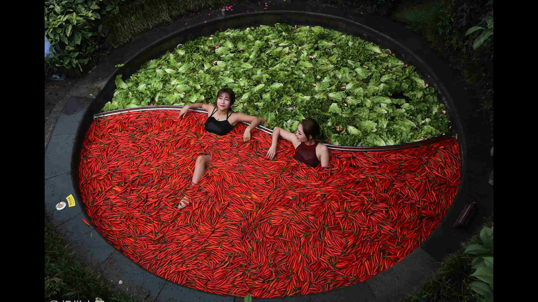 Hangzhou hotel keeps guests warm in giant 'hotpot'