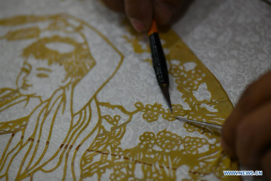 Craftsman devoted to paper cutting for over 30 years in China's Hebei