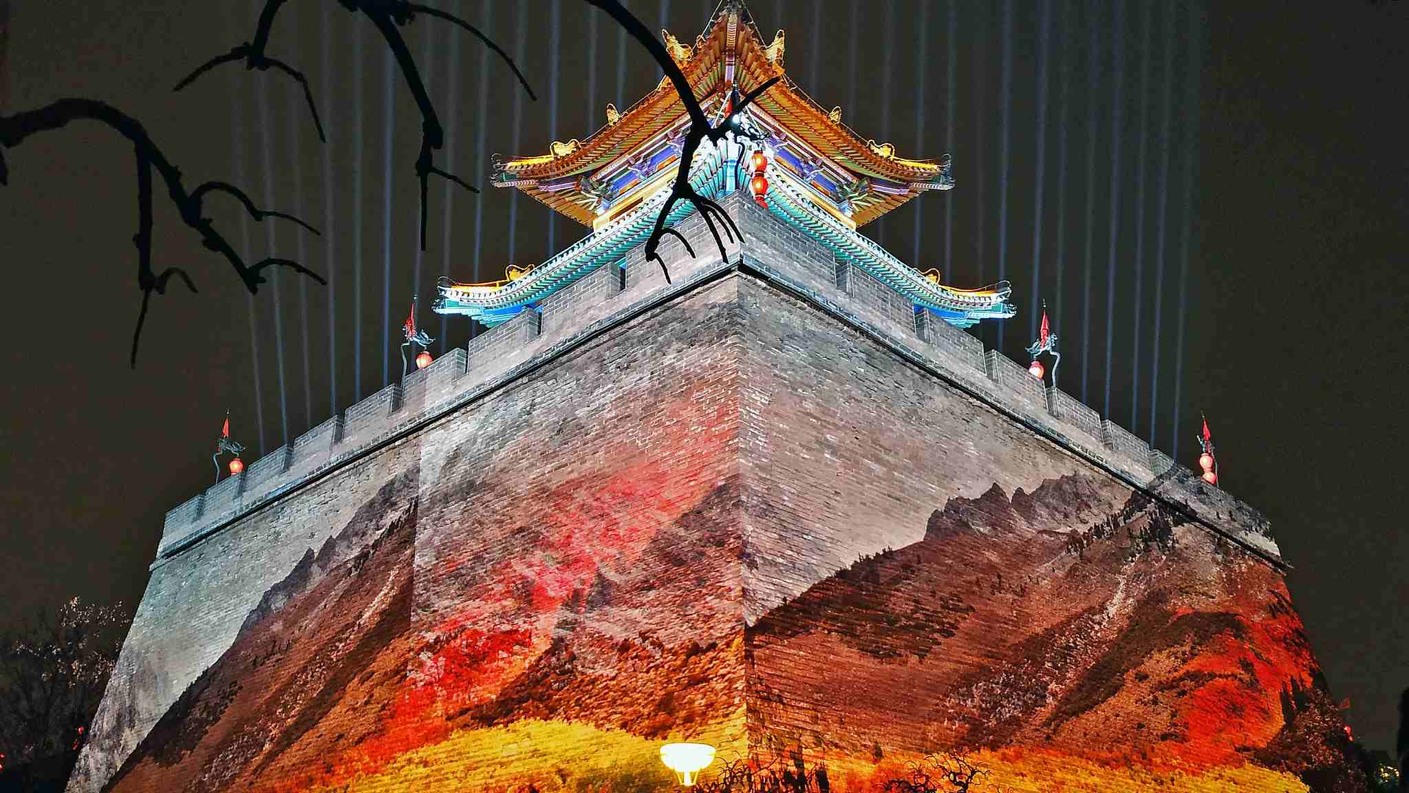 Spectacular light show on Xi'an's ancient city walls