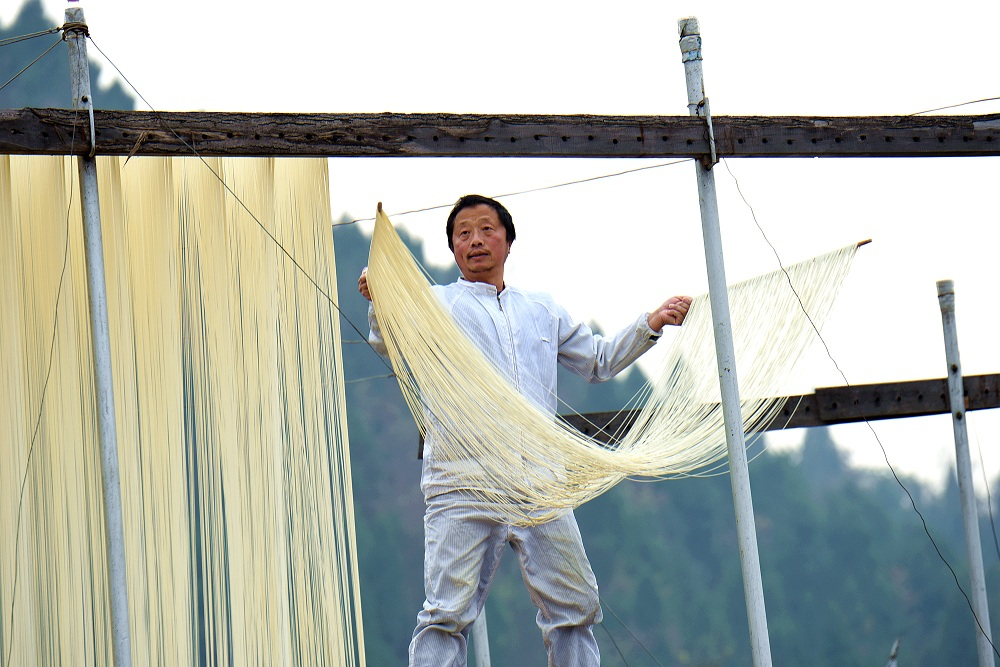 Fine dried noodle making in Sichuan