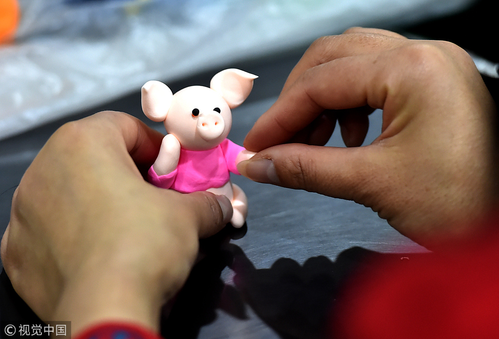 Craftsmen create 'lucky pig' to greet the Chinese New Year