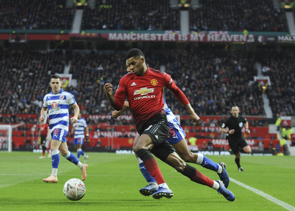 Manchester United beat Reading 2-0 to reach FA Cup fourth round