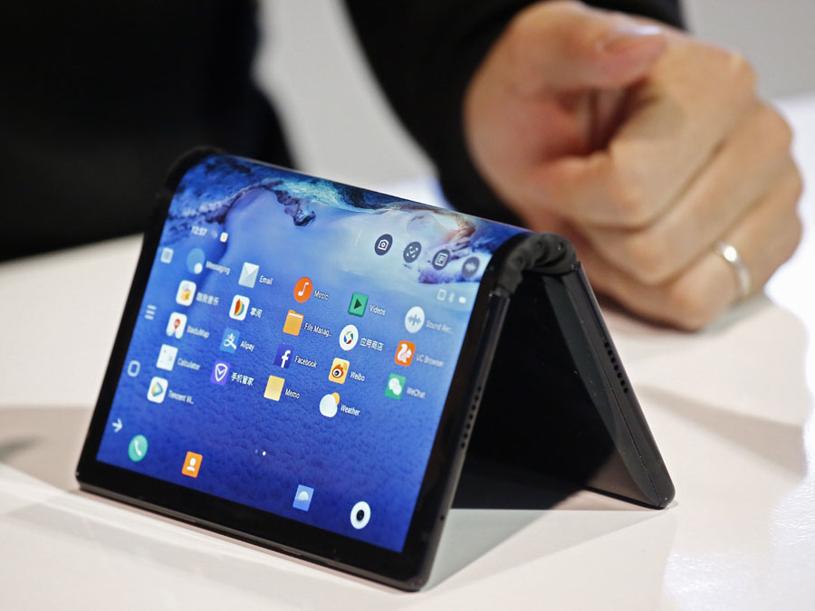 Startup puts bendable phone on show at CES