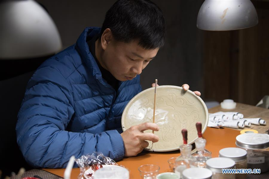 Pic story: man dedicated to revive traditional lacquer art in E China