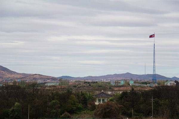 从韩国台城洞自由村内拍摄到的朝鲜机井洞和平村。 本报记者 陈尚文摄.jpg