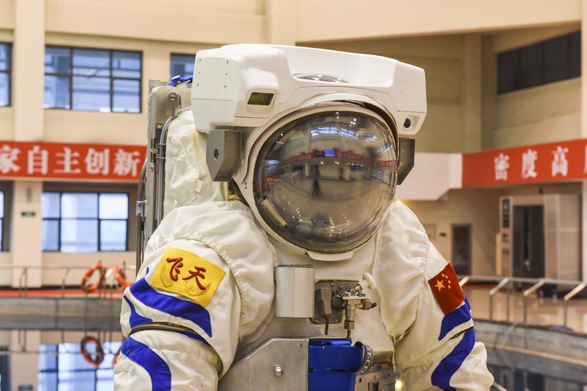 Chinese astronauts have new underwater training uniform