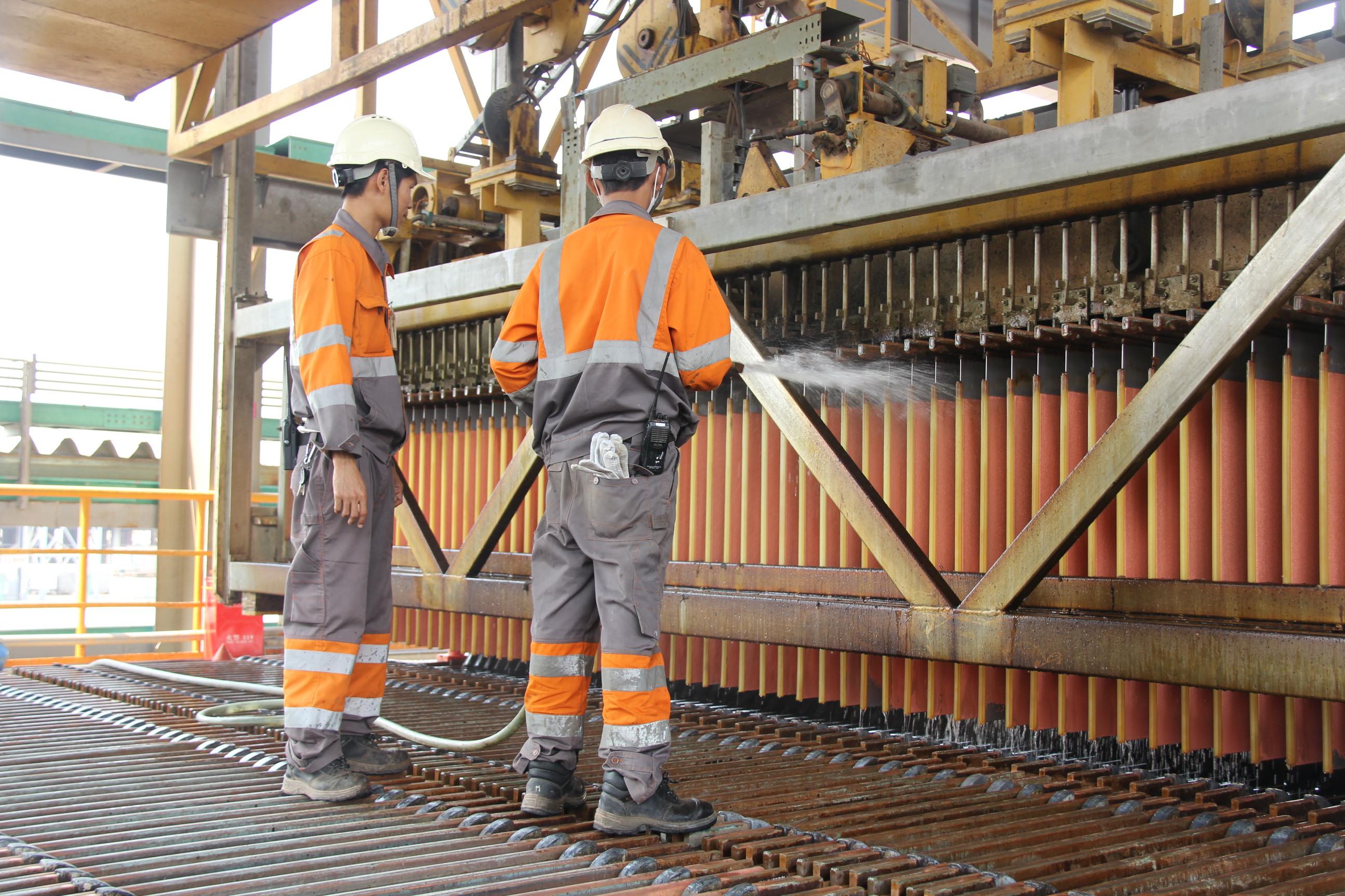 缅籍员工在铜矿冶炼厂生产线上操作生产设备6.JPG