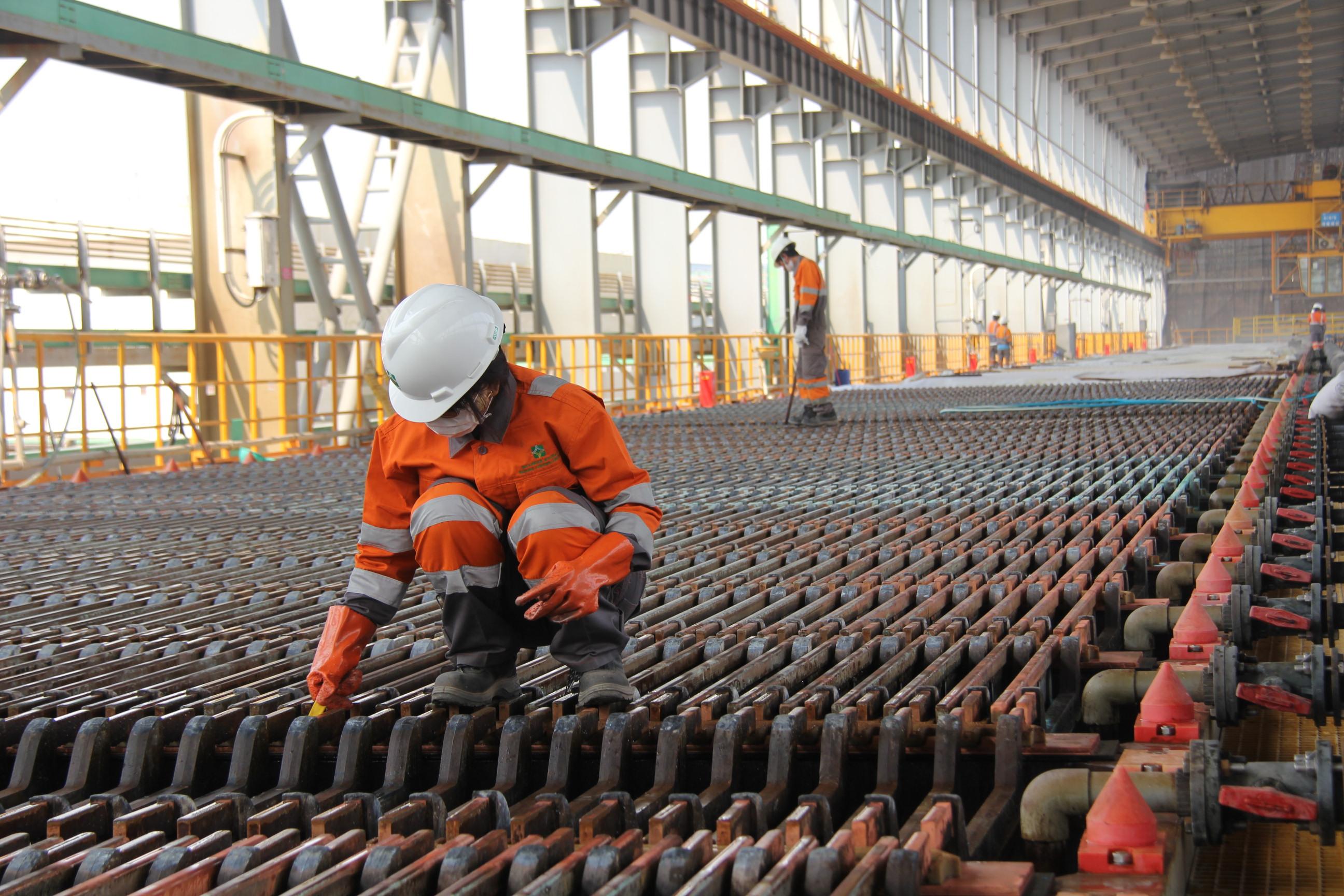 缅籍员工在铜矿冶炼厂生产线上操作生产设备.JPG