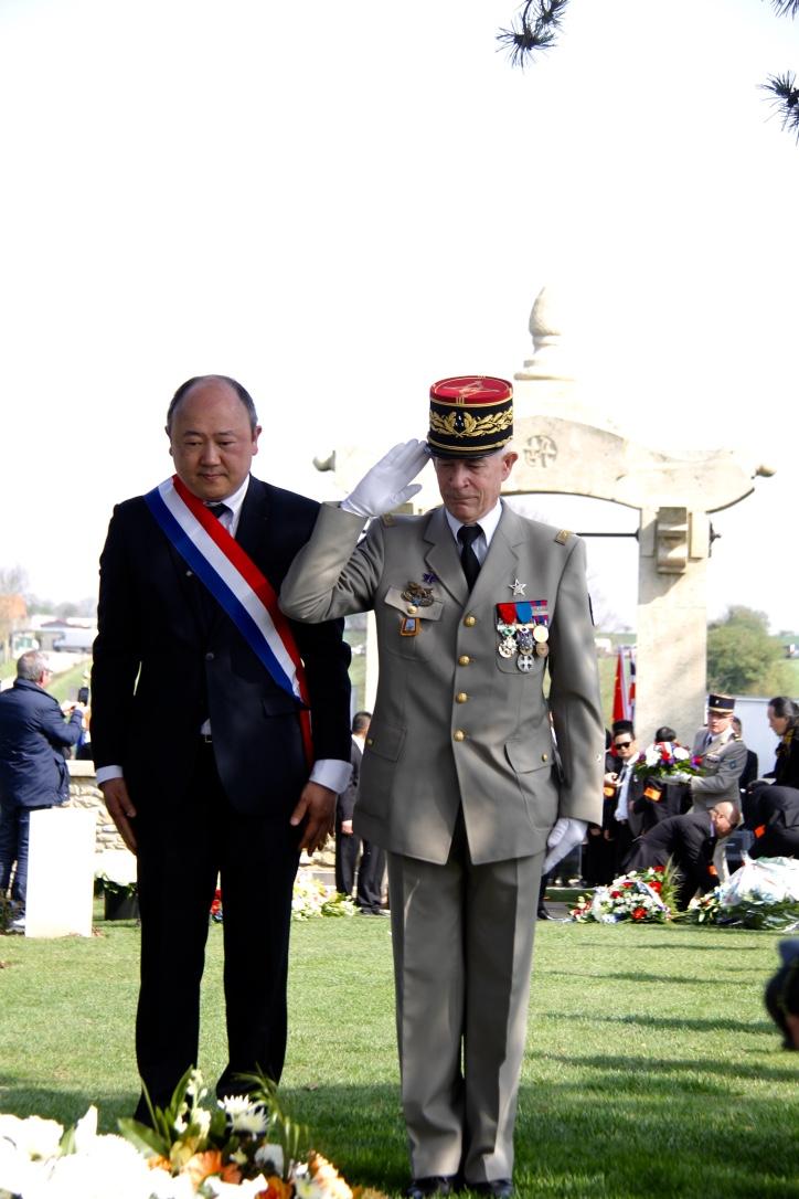 法国国民议会议员、将军悼念一战华工。本报记者李永群摄.jpg