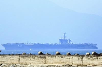 卡尔·文森号航母驶入岘港市仙沙港(来源:VnExpress).jpg