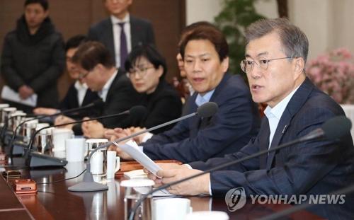 文在寅(右一)主持召开首席秘书助理会议。(韩联社)