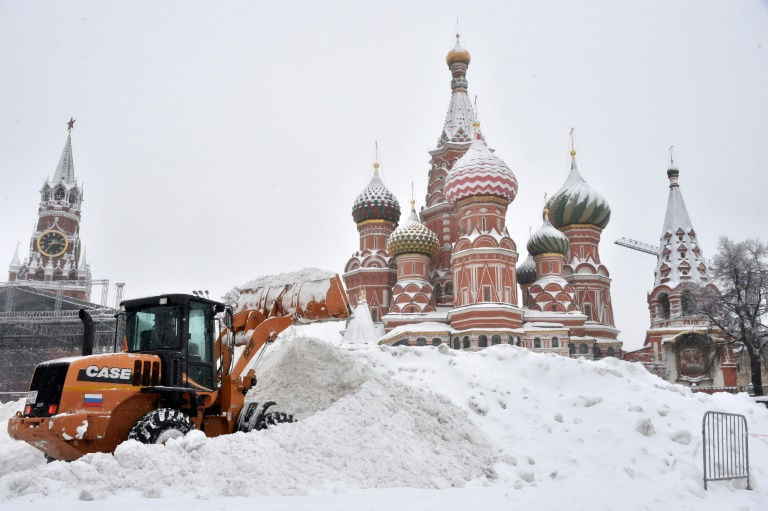 Moscow authorities struggle to clear record snowfall