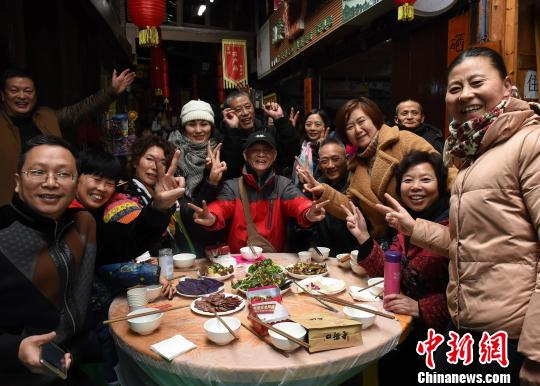 """""""Long banquet"""" held in southwest China to welcome Spring Festival"""
