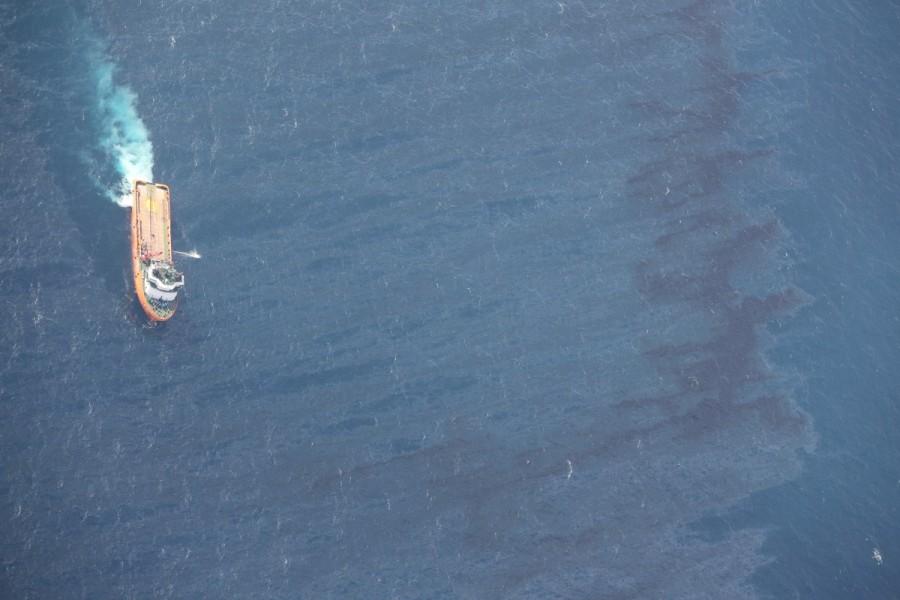 1516433942_chinese-rescue-ship-works-clean-oil-slicks-sunken-iranian-oil-tanker-sanchi-east-china-sea.jpg