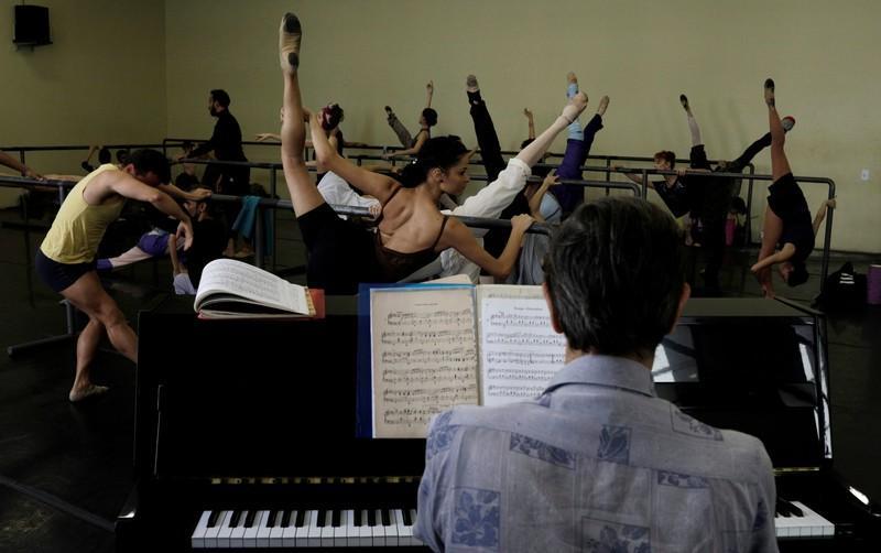 Rio ballerinas struggle amid Brazil's financial crisis