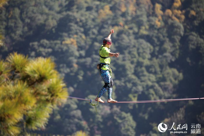 French walker sets longest blindfold slackline walk in SW China