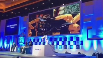 Video: Industrial robot band shines on stage