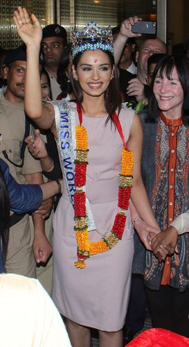 Miss World Manushi Chhillar receives warm welcome upon return to India