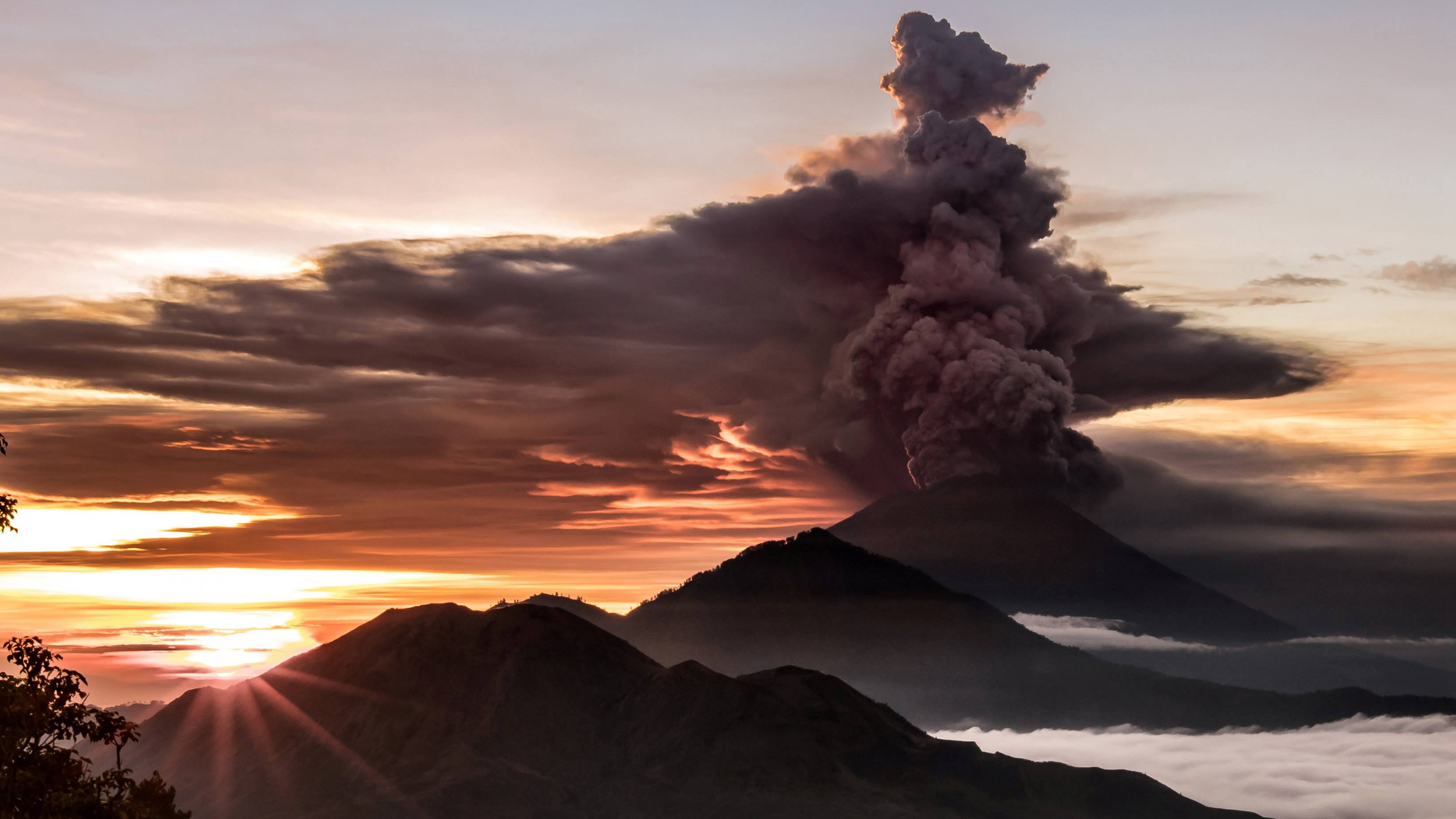 Flights cancelled as Bali volcano continues eruption