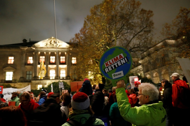 UN climate talks enter extra time, unnerved by pro-coal Washington