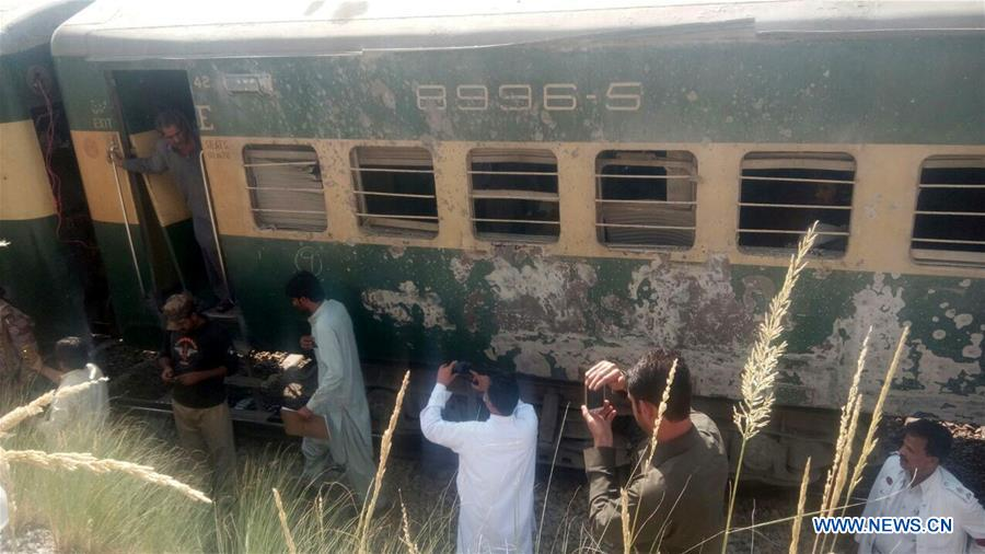Blast hits train in southwest Pakistan, at least 6 injured