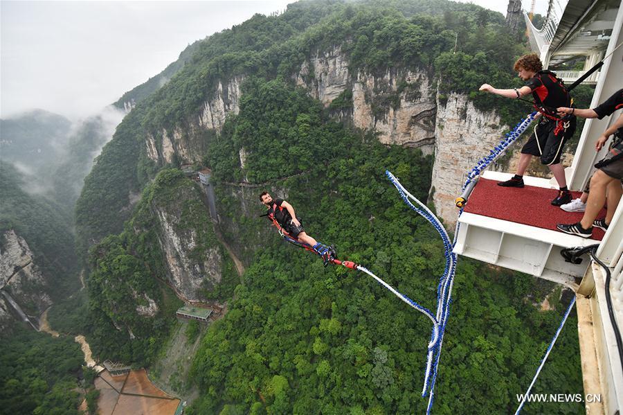 Go bungee jumping in Zhangjiajie