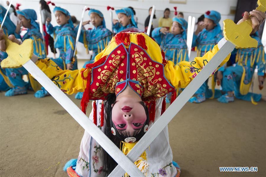 Primary school students take Peking Opera course
