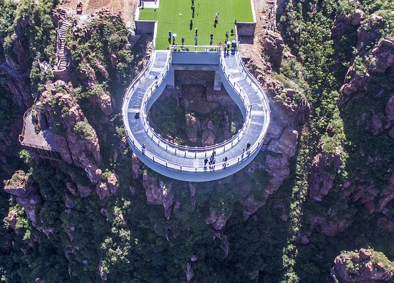 Henan to open world's longest horseshoe-shaped glass skywalk