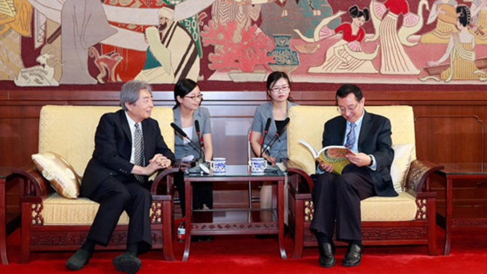 Former Japanese PM donates ancient Chinese books to China