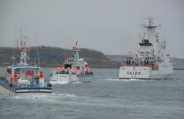 Fishing boat capsizes off SE China's Taiwan, 5 missing