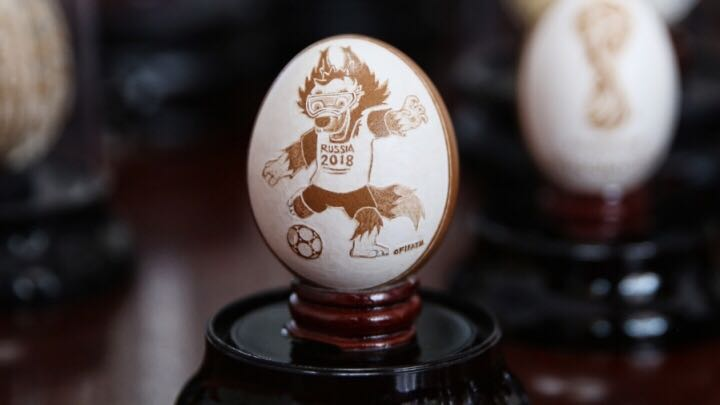 Eggshell football art by the elderly in Hangzhou
