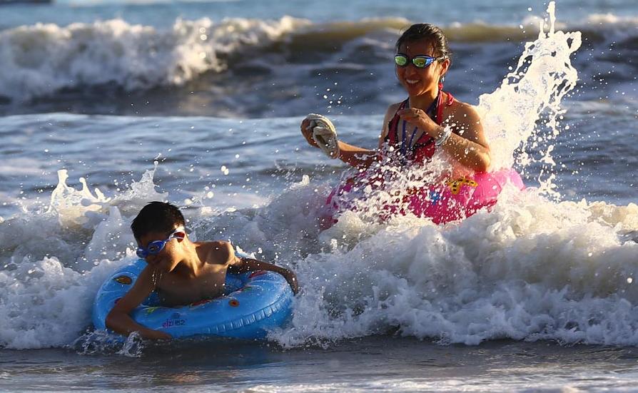People play amid high temperature in Sanya, S China's Hainan