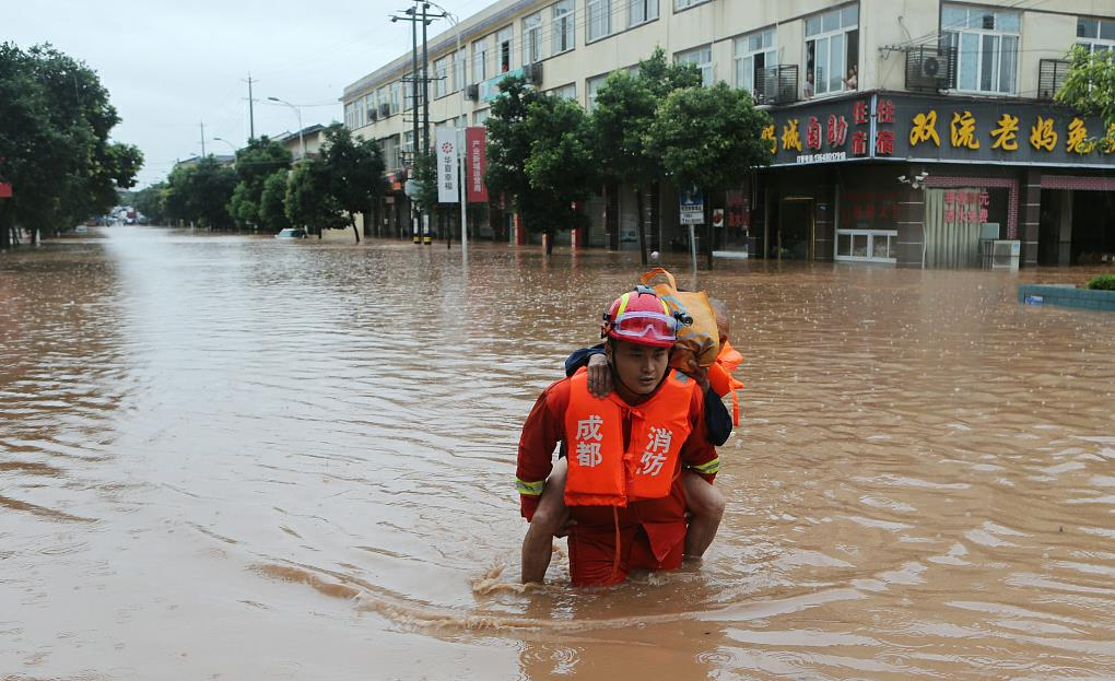 Video: Chinese soldiers protect residents from flood damage