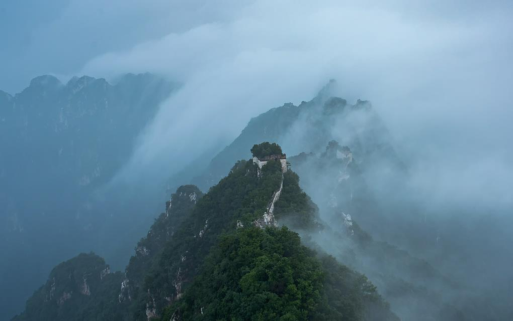 Beijing's rainy weather turns Great Wall into fairyland