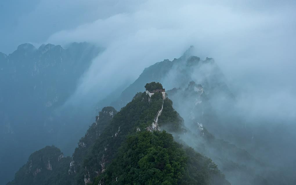 Beijing's rainy weather turns Great Wall into fairyland