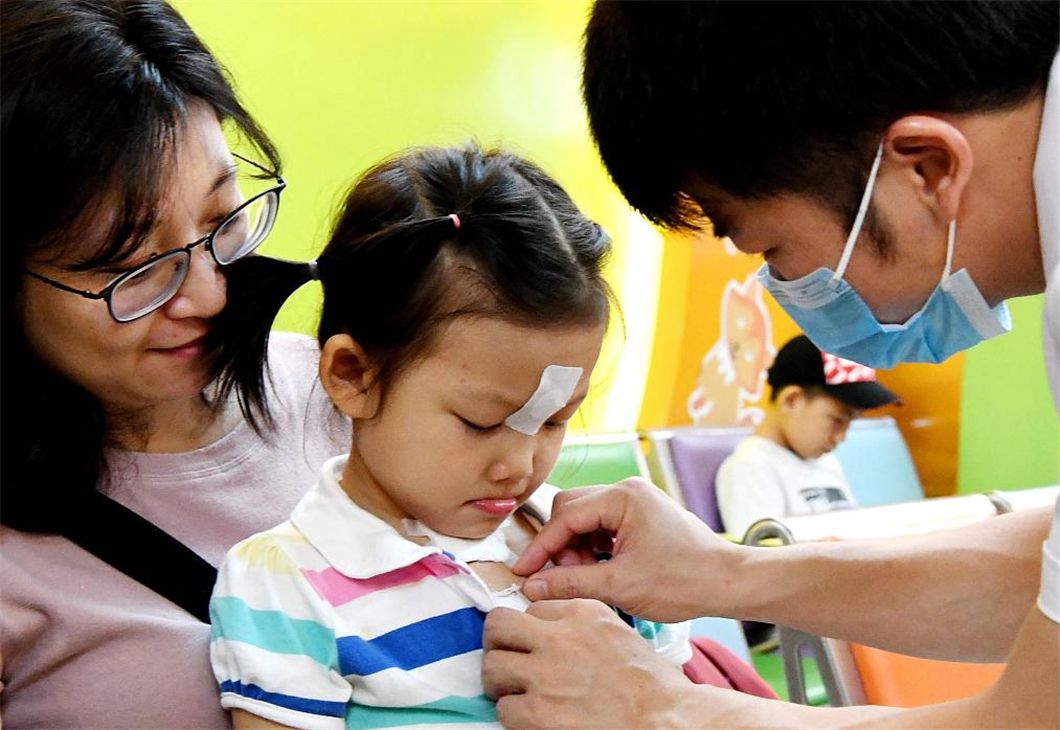 Chinese people embrace sanfu, hottest period of the year