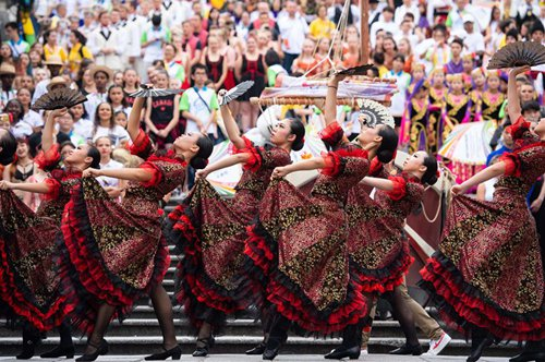 Parade of int'l youth dance festival held in Macao